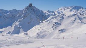 Sunny Day In The Mountains em Ski Resort Many Skiers On a inclinação filme