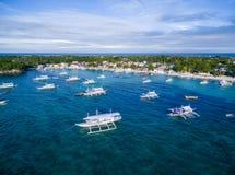 Sunny Day na ilha de Malapascua no mar do Visayan, uma da ilha de Cebu Água do mar e barcos Praia da recompensa fotos de stock royalty free