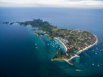 Sunny Day na ilha de Malapascua no mar do Visayan, uma da ilha de Cebu Água do mar e barcos Praia da recompensa com arquitetura l Fotografia de Stock Royalty Free