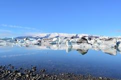 Sunny Day na lagoa azul Islândia fotos de stock