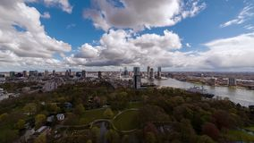 Sunny Day sobre horizonte moderno de la ciudad almacen de video