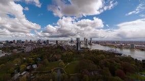Sunny Day sopra l'orizzonte moderno della città archivi video
