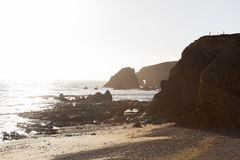 Sunny Day sur Rocky Rugged Beach en Irlande photo stock