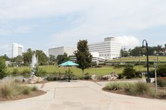 Sunny Day View av i stadens centrum Tallahassee från kaskader parkerar arkivfoto