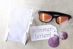 Sunny Flat Lay Label Sommerferien significa vacaciones de verano imágenes de archivo libres de regalías