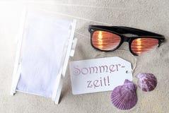 Sunny Flat Lay Summer Label Sommerzeit betyder sommartid Royaltyfri Bild