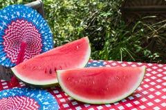 Sunny Fourth da tabela de julho com melancia e os fãs brancos e azuis vermelhos Fotos de Stock