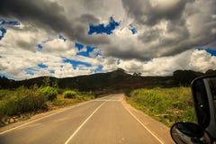 Sunny Highway entre las colinas enselvadas Imagen de archivo libre de regalías