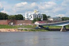 Sunny July dag på den Volkhov floden Sikt av detinetsna av Veliky Novgorod Arkivbilder