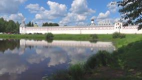 Sunny July dag på väggarna av den Tikhvin antagandekloster Tikhvin Ryssland arkivfilmer