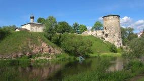 Sunny June dag på den Pskova floden pskov russia stock video