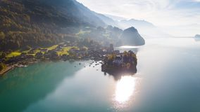 Sunny Lake Brienz Turquoise Iseltwald Suiza 4k aéreo metrajes