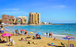 Sunny Mediterranean-het strand, Toeristen ontspant op zand, baden de Mensen Royalty-vrije Stock Afbeeldingen