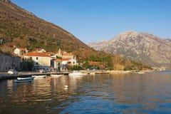 Sunny Mediterranean-Landschaft im Winter Montenegro, Bucht von Kotor, adriatisches Meer Stockbilder