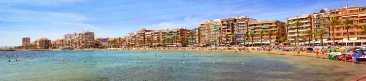 Sunny Mediterranean-Strand, Touristen entspannen sich auf Sand, Leute baden Stockfotografie