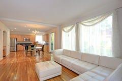 Sunny Modern Living Room met Witte Sectioneel royalty-vrije stock afbeeldingen
