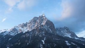 Sunny Mountains mit Himmel stock video