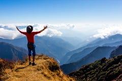 Sunny Mountains molnhorisont och fotvandrare med armar lyftt spridning Royaltyfri Fotografi