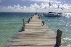 Sunny Pier met Gedokte Zeilboot in Mexico Stock Afbeelding
