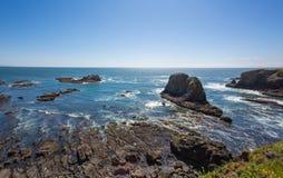 Sunny Rocky Coast del Océano Pacífico de Oregon fotografía de archivo