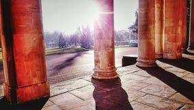Sunny Roman-Spalten in England lizenzfreies stockbild