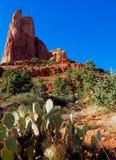 Sunny Sedona Day: Rocce e cieli blu rossi immagine stock