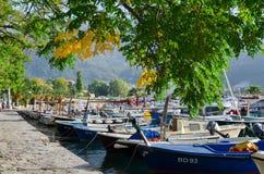 Sunny September morgon på promenaden i Budva, Montenegro Arkivfoton