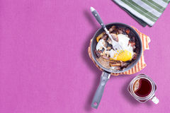 Sunny Side upp omelett på Violet Color Table Cloth med en Mason Hot Tea Arkivfoton
