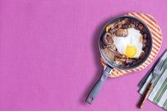 Sunny Side vers le haut d'omelette sur la violette, l'espace de copie à la gauche Images libres de droits