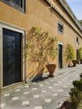 Sunny Sidewalk i Genoa Italy med Planters arkivbild