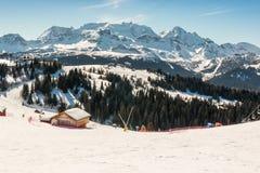 Sunny Ski Slope à la station de sports d'hiver Image libre de droits