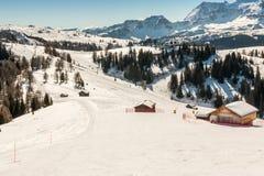 Sunny Ski Slope à la station de sports d'hiver Photos stock
