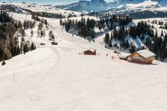 Sunny Ski Slope à la station de sports d'hiver Image stock