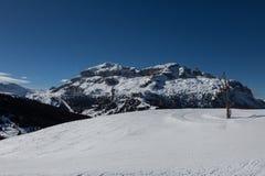 Sunny Ski Slope nel paesaggio italiano delle alpi delle dolomia Fotografia Stock