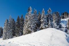 Sunny Ski Slope près de Megeve dans les Alpes français Photographie stock