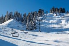 Sunny Ski Slope y Ski Lift cerca de Megeve en las montañas francesas Foto de archivo libre de regalías