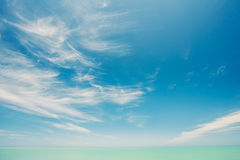 Sunny Sky And Calm Sea ou oceano Fundo natural com delicadamente imagem de stock