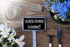 Sunny Spring Flowers, Teken, Tekst Welkom Huis Stock Afbeeldingen