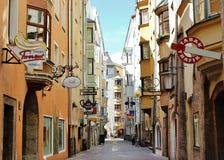 Sunny Street in Innsbruck Royalty-vrije Stock Afbeeldingen
