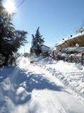 Sunny Street After uma tempestade da neve imagem de stock