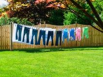 Sunny Summer Clothesline en patio trasero Imagen de archivo libre de regalías