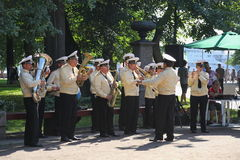 Sunny summer day in the city Park. brass band of sailors played in the city Park. Public entertainers dancing with the military brass band. Petrovsky Park — a Stock Photography