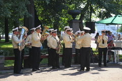 Sunny summer day in the city Park. brass band of sailors played in the city Park. Public entertainers dancing with the military brass band. Petrovsky Park — a Stock Images