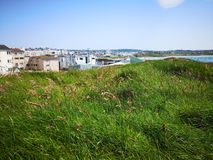 Sunny Summer Day på piratkopierar av Portrush royaltyfri foto