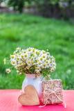 Sunny Summer Garden Boeket van kamilles en een giftdoos Bloemen en hart stock afbeeldingen
