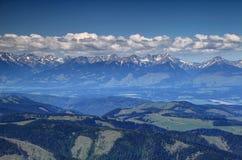 Sunny Western Tatras fait une pointe avec les nuages blancs dans Liptov Slovaquie images libres de droits