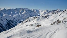 Sunny Winter Day em montanhas nevado dos cumes no lapso de tempo do vale de Solden Dolly Shot sobre o monte de neve filme