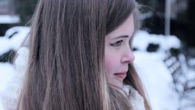 Sunny Winter Joyful Girl che si siede nel parco di inverno neve stock footage
