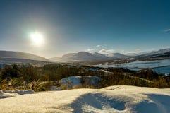 Sunny Winter Landscape in Island mit Schnee und blauem Himmel nahe Ak Lizenzfreie Stockbilder