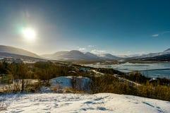 Sunny Winter Landscape in Island mit Schnee und blauem Himmel nahe Ak Stockfotos